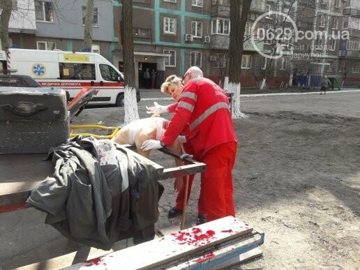 В Мариуполе во дворе жилого дома ножом ранили пенсионера (ФОТО 18+, ДОПОЛНЕНО), фото-1