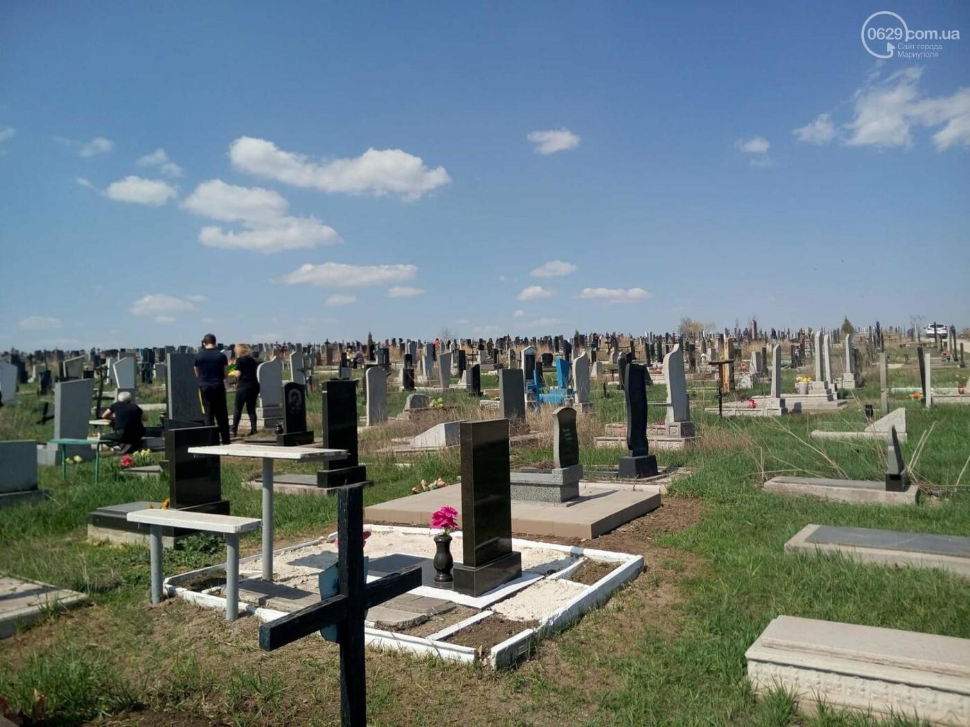 Поминальные дни: мариупольцы массово посетили городские кладбища (ФОТО), фото-3