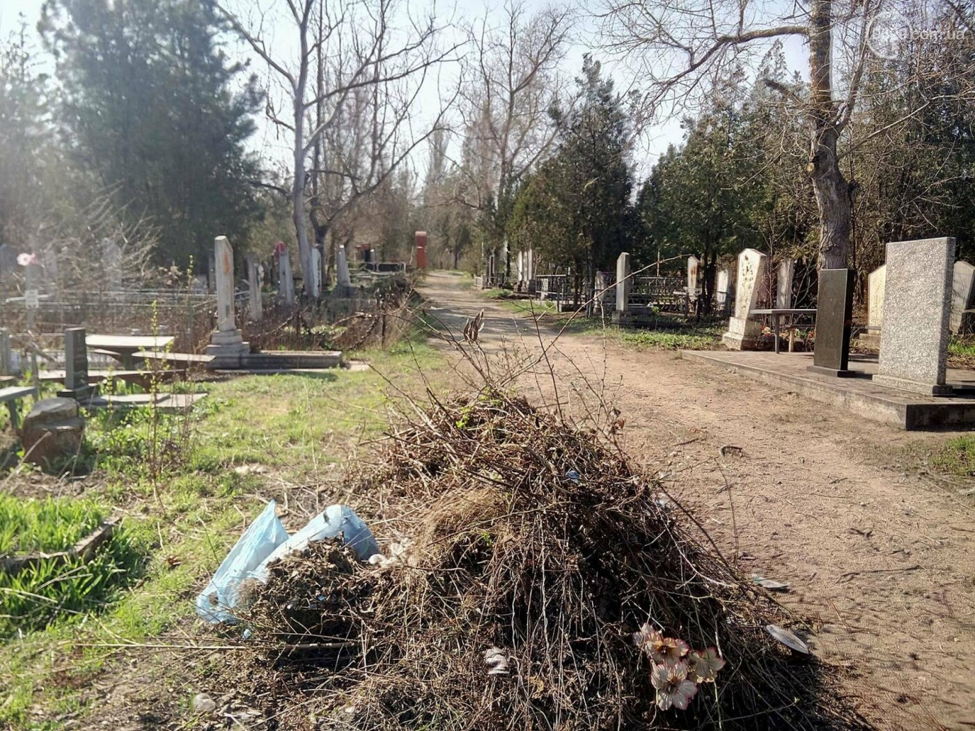 Поминальные дни: мариупольцы массово посетили городские кладбища (ФОТО), фото-12
