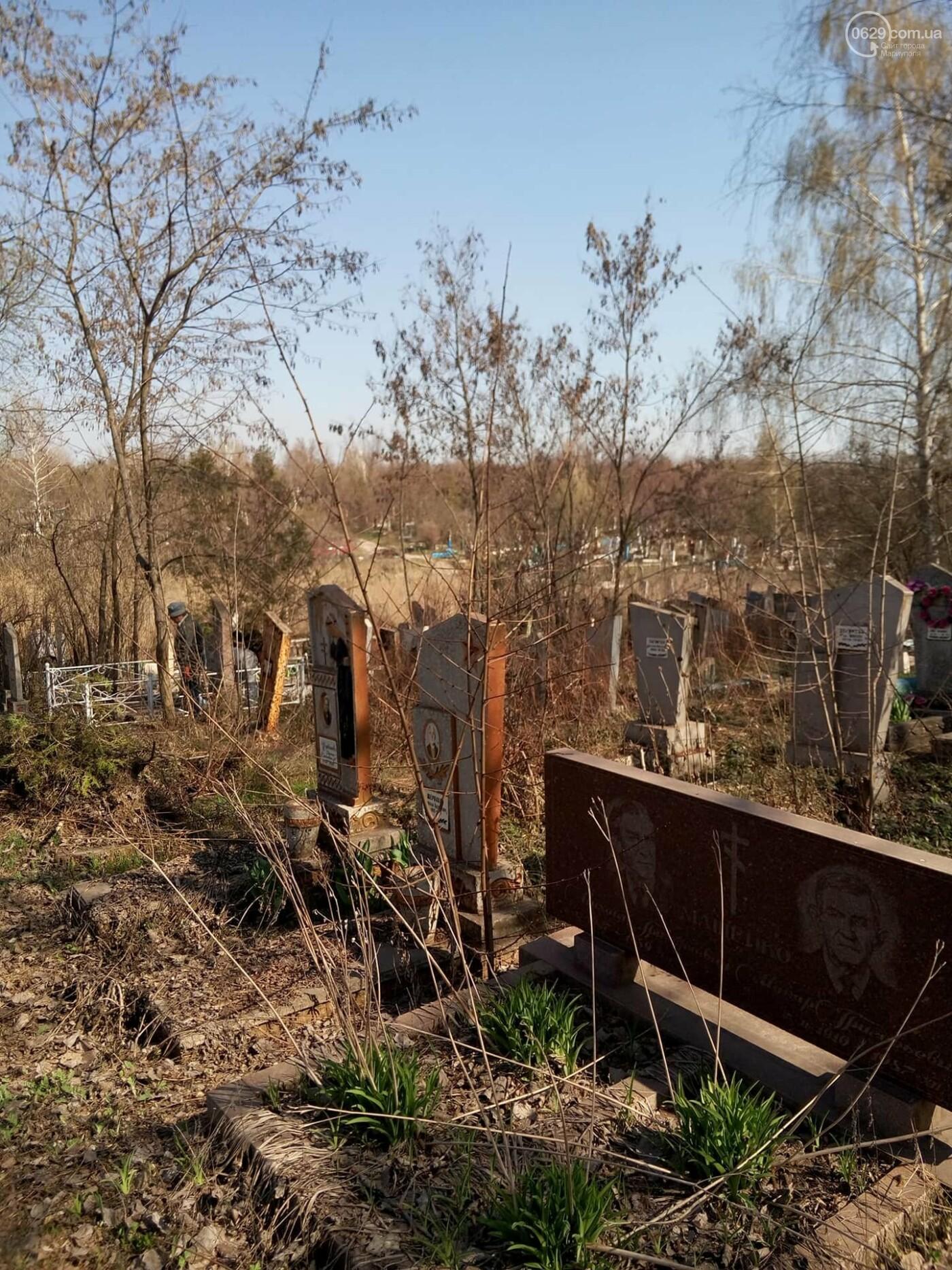 Поминальные дни: мариупольцы массово посетили городские кладбища (ФОТО), фото-7