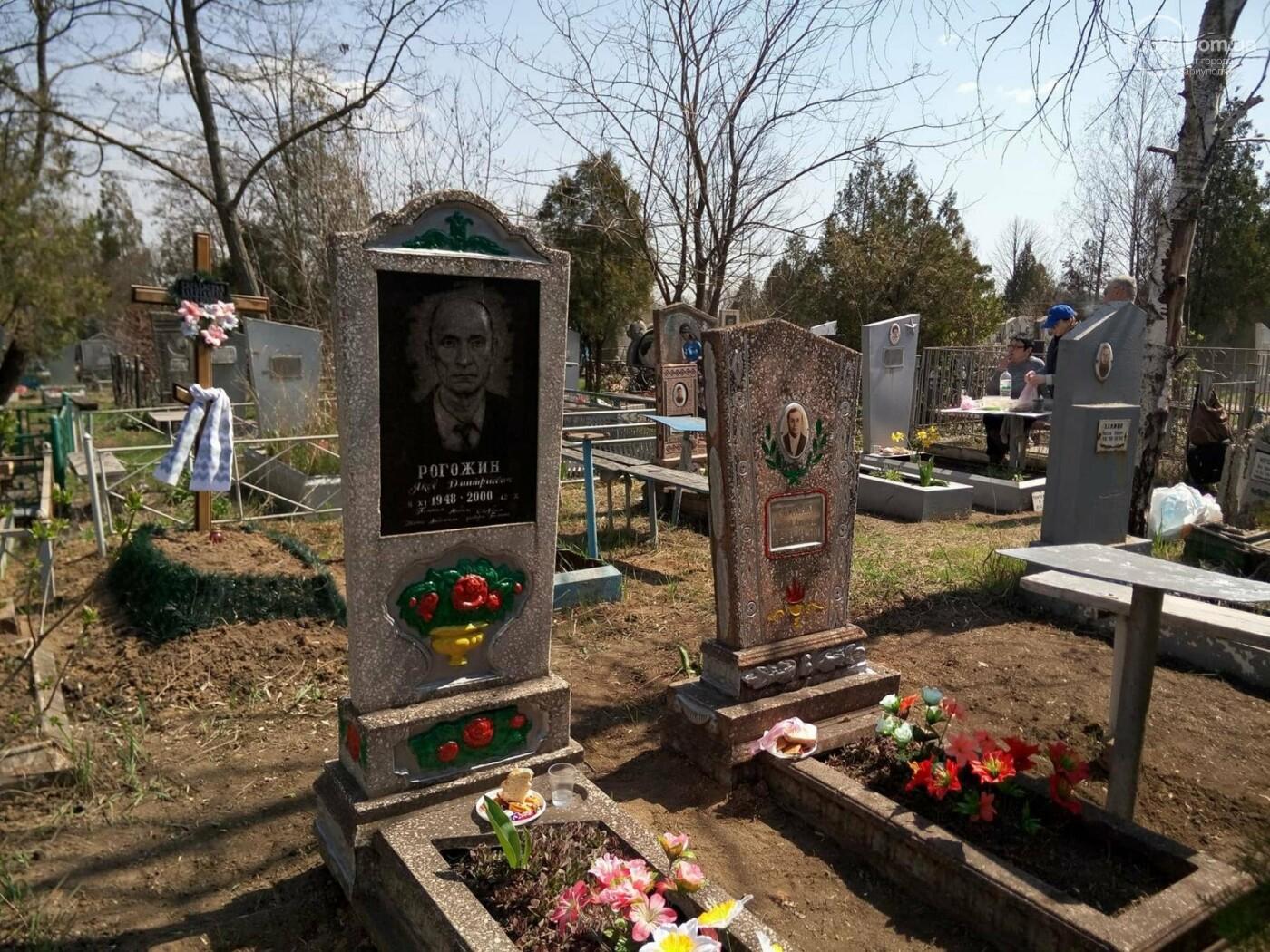 Поминальные дни: мариупольцы массово посетили городские кладбища (ФОТО), фото-11