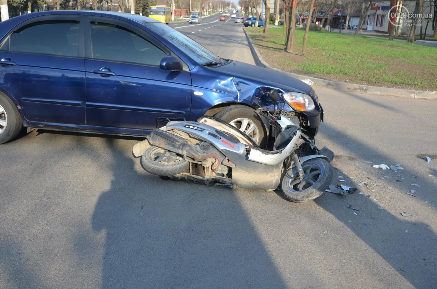 В Мариуполе легковой автомобиль раздавил мопед. Водитель чудом уцелел (ФОТО+ВИДЕО), фото-1