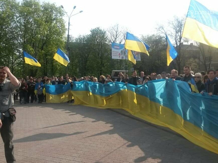 Сгоревшее здание горсовета закрыли баннером, горожане митинговали за единую Украину, а мариупольские стронгмены устанавливали мировые реко..., фото-8