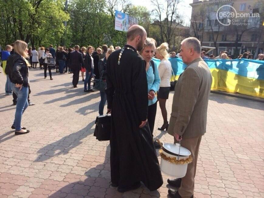 Сгоревшее здание горсовета закрыли баннером, горожане митинговали за единую Украину, а мариупольские стронгмены устанавливали мировые реко..., фото-12