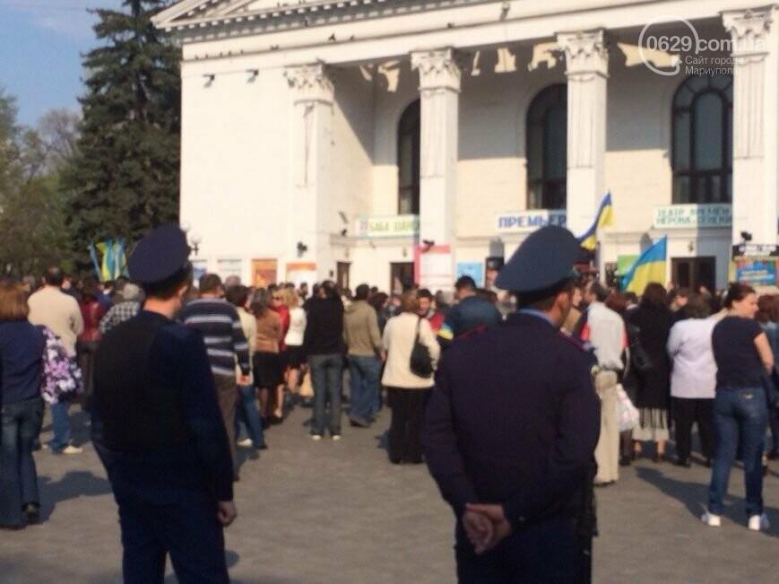 Сгоревшее здание горсовета закрыли баннером, горожане митинговали за единую Украину, а мариупольские стронгмены устанавливали мировые реко..., фото-7