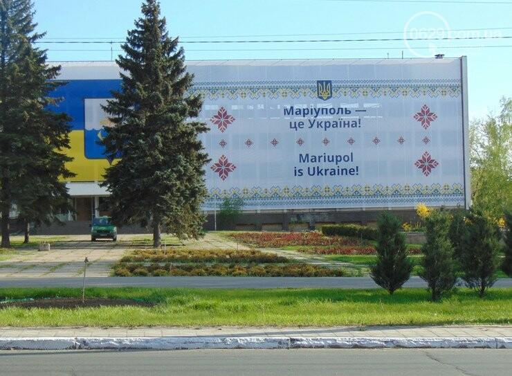 Сгоревшее здание горсовета закрыли баннером, горожане митинговали за единую Украину, а мариупольские стронгмены устанавливали мировые реко..., фото-4