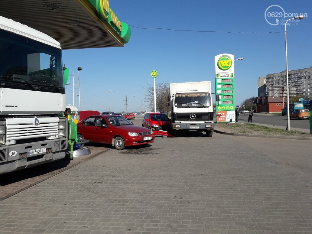 """В Мариуполе на автозаправке """"Хюндай"""" столкнулся с грузовиком (ФОТО), фото-1"""
