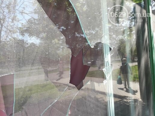 В Мариуполе неизвестные разбили витрину ритуального магазина (ФОТОФАКТ), фото-8