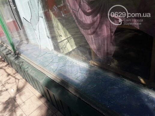 В Мариуполе неизвестные разбили витрину ритуального магазина (ФОТОФАКТ), фото-1