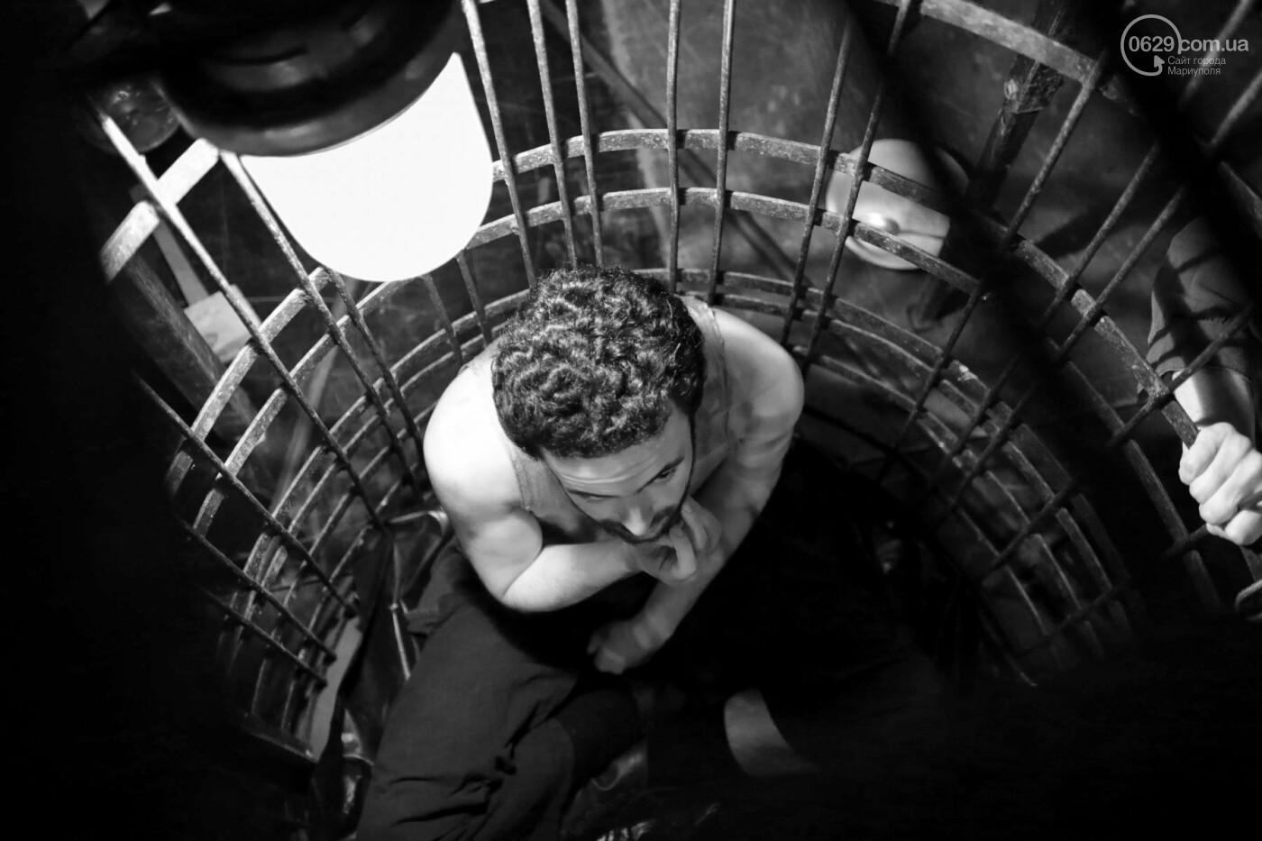 """В Мариуполе зрителей  спектакля  """"Собачья будка"""" посадили в клетку (ФОТО, ВИДЕО), фото-11"""