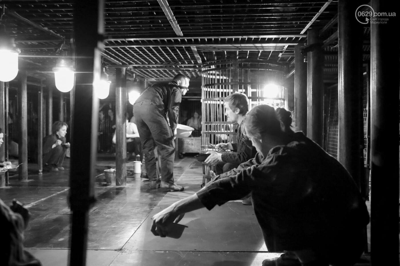 """В Мариуполе зрителей  спектакля  """"Собачья будка"""" посадили в клетку (ФОТО, ВИДЕО), фото-9"""