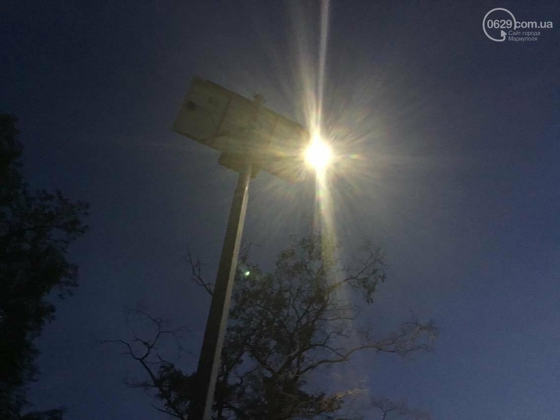 Темный  пешеходный переход  в Мариуполе теперь освещает лампа на солнечных батареях (ФОТО, ВИДЕО), фото-1
