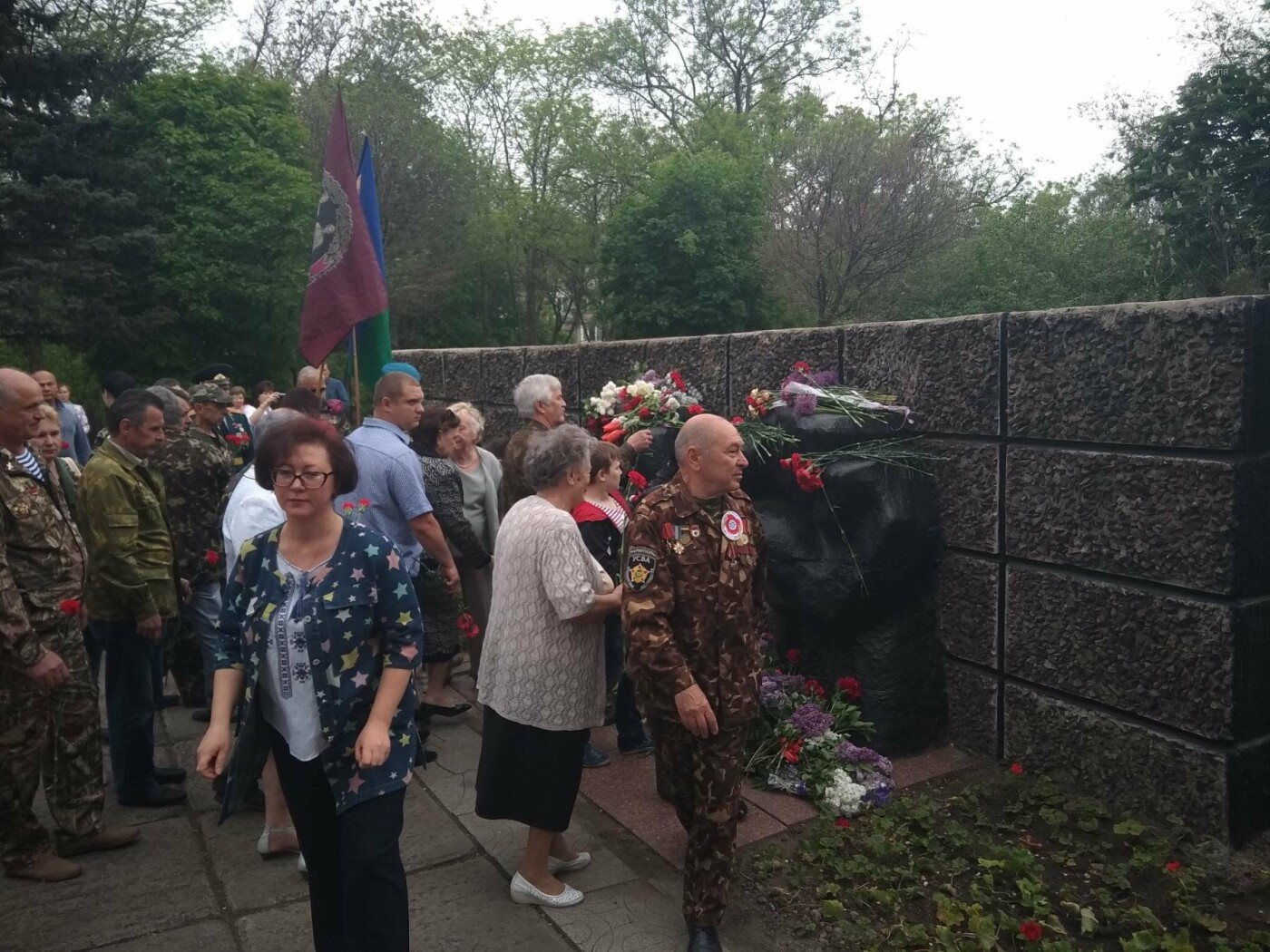 C красным знаменем и песнями. В Мариуполе почтили память погибших во Второй мировой войне (ФОТОРЕПОРТАЖ), фото-12