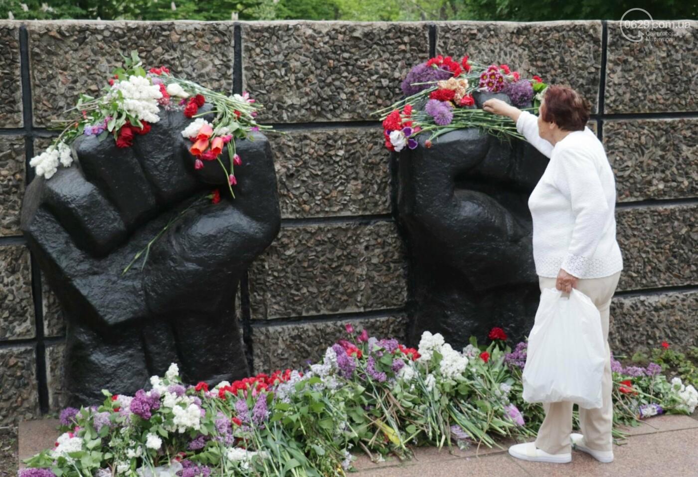 C красным знаменем и песнями. В Мариуполе почтили память погибших во Второй мировой войне (ФОТОРЕПОРТАЖ), фото-14