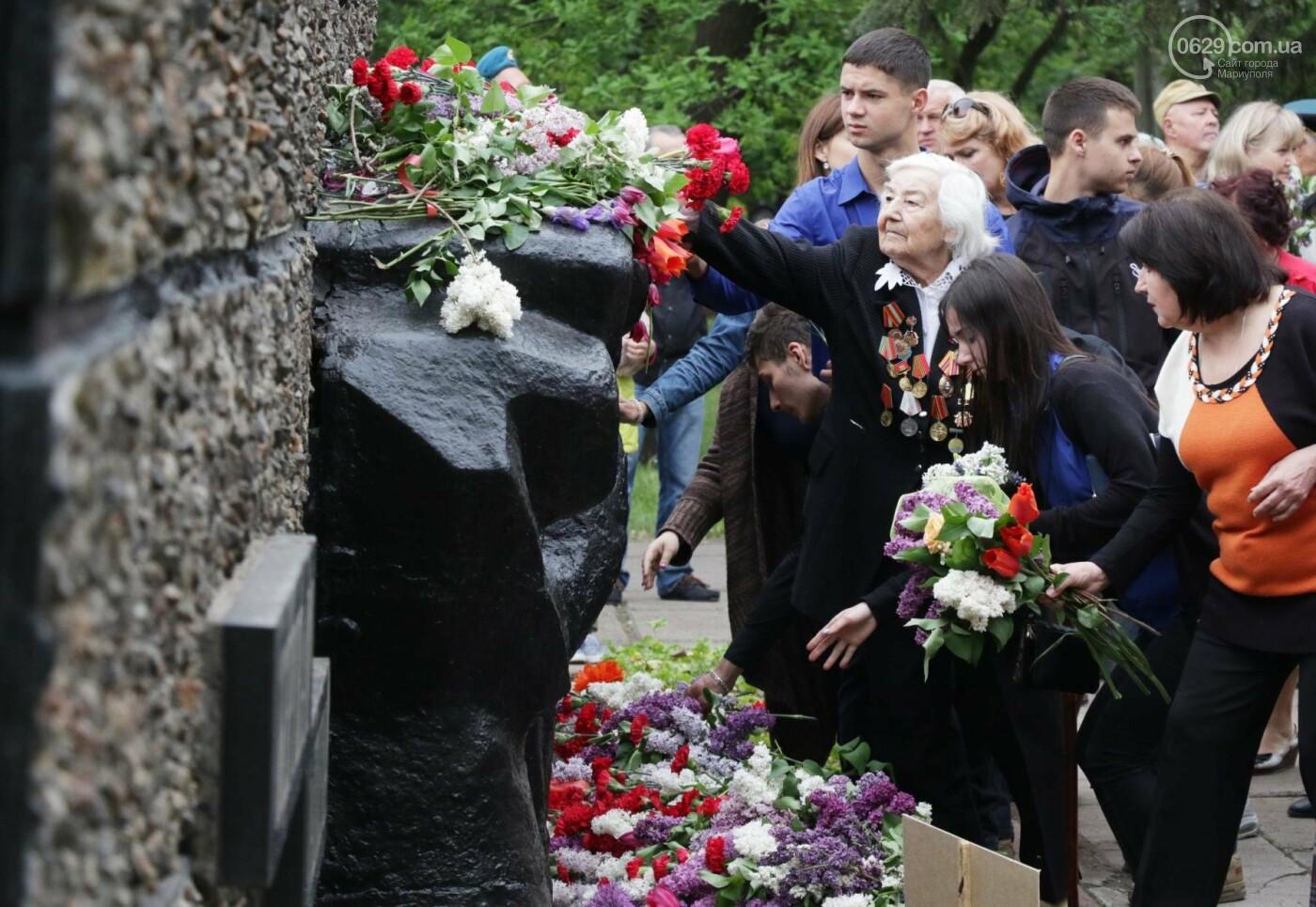 C красным знаменем и песнями. В Мариуполе почтили память погибших во Второй мировой войне (ФОТОРЕПОРТАЖ), фото-15