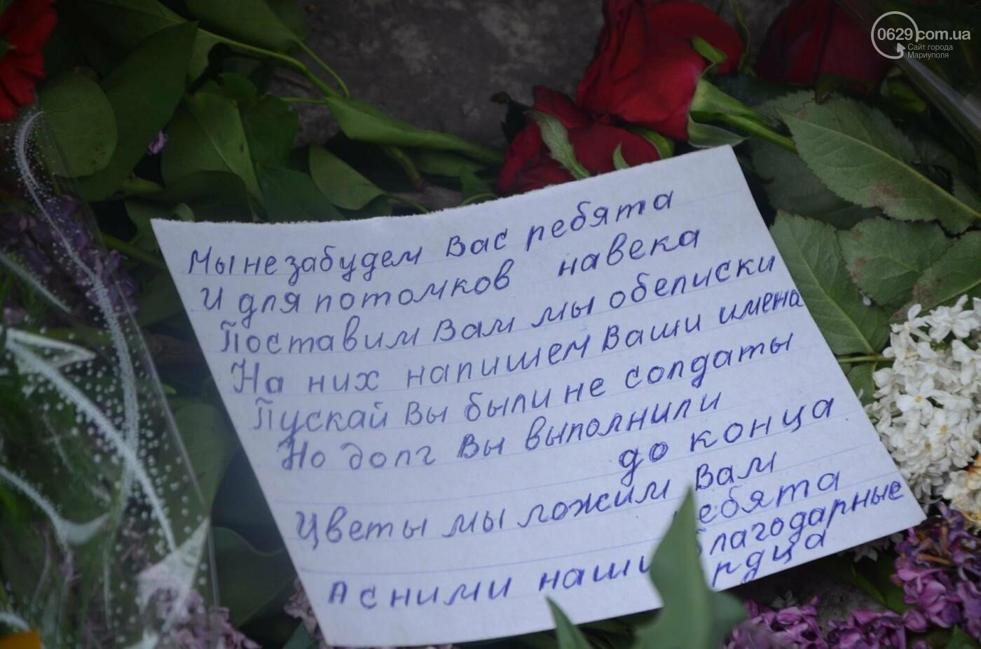 """""""Попалили людей, а теперь флаги вешаете!"""" Мариупольцы несут цветы к сгоревшему ГУВД, - ФОТОРЕПОРТАЖ+ВИДЕО, фото-1"""