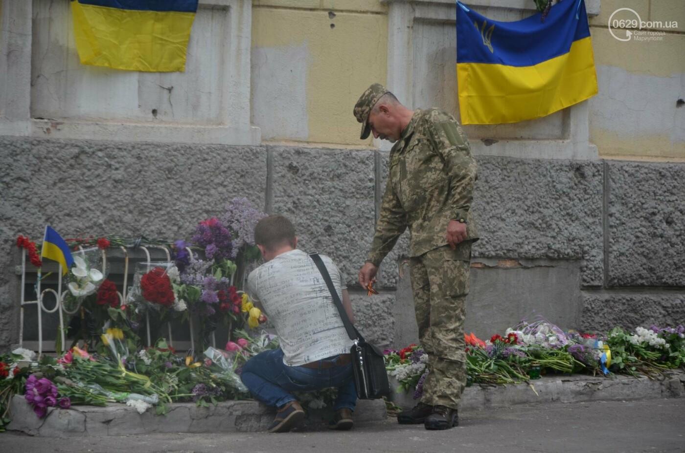 """""""Попалили людей, а теперь флаги вешаете!"""" Мариупольцы несут цветы к сгоревшему ГУВД, - ФОТОРЕПОРТАЖ+ВИДЕО, фото-4"""