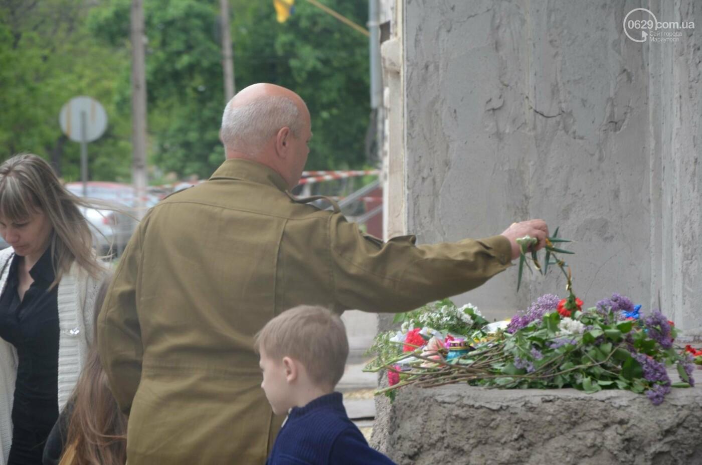 """""""Попалили людей, а теперь флаги вешаете!"""" Мариупольцы несут цветы к сгоревшему ГУВД, - ФОТОРЕПОРТАЖ+ВИДЕО, фото-8"""