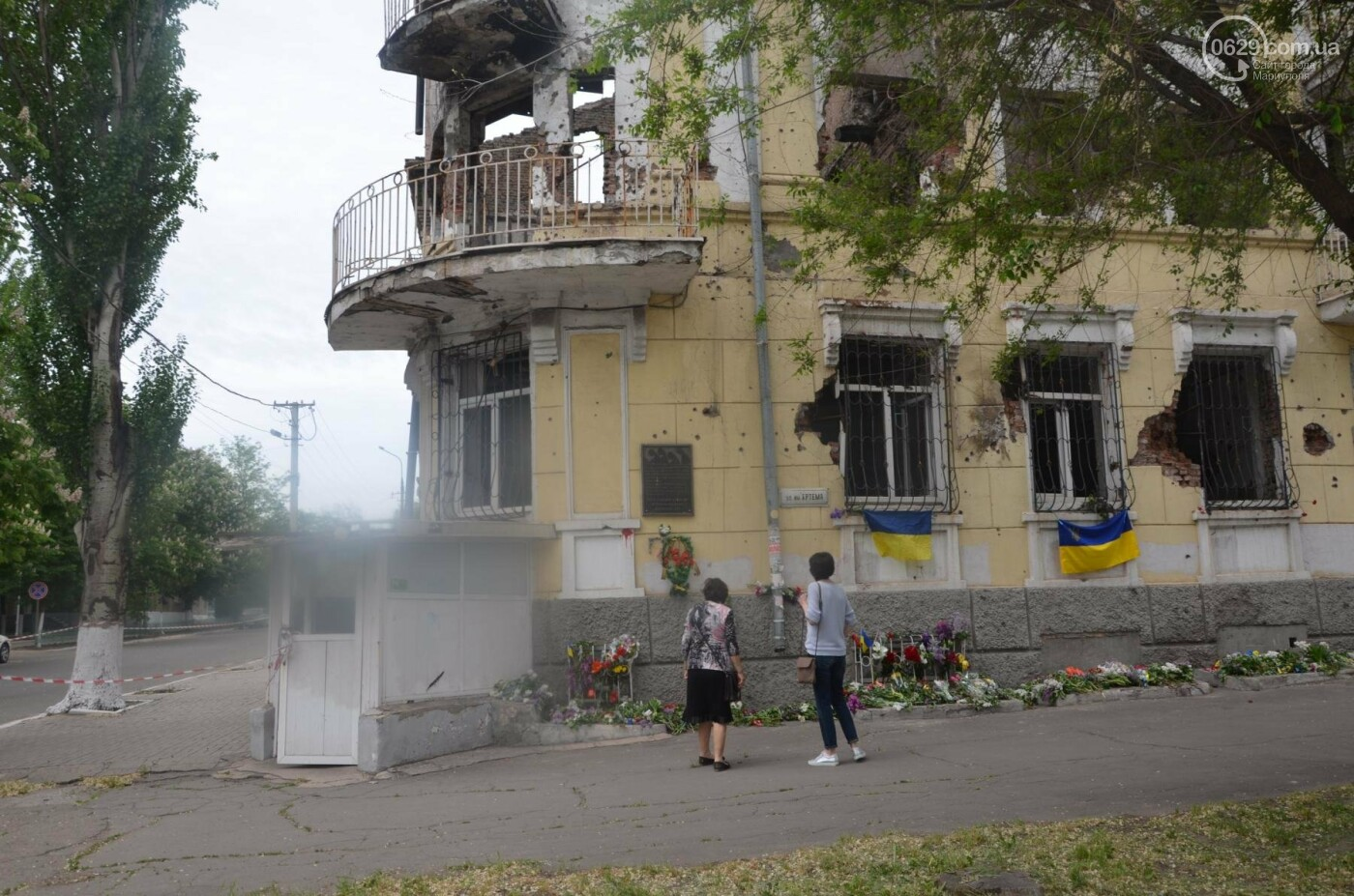 """""""Попалили людей, а теперь флаги вешаете!"""" Мариупольцы несут цветы к сгоревшему ГУВД, - ФОТОРЕПОРТАЖ+ВИДЕО, фото-24"""