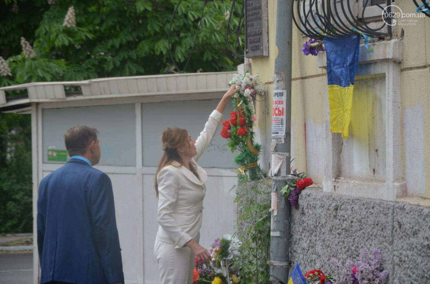 """""""Попалили людей, а теперь флаги вешаете!"""" Мариупольцы несут цветы к сгоревшему ГУВД, - ФОТОРЕПОРТАЖ+ВИДЕО, фото-14"""