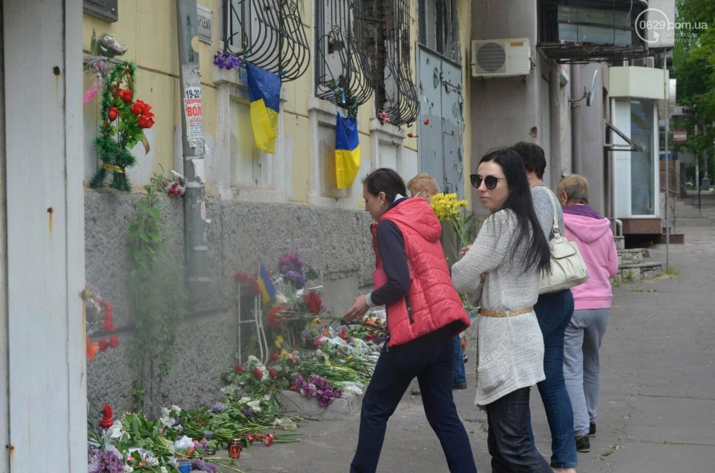 """""""Попалили людей, а теперь флаги вешаете!"""" Мариупольцы несут цветы к сгоревшему ГУВД, - ФОТОРЕПОРТАЖ+ВИДЕО, фото-9"""