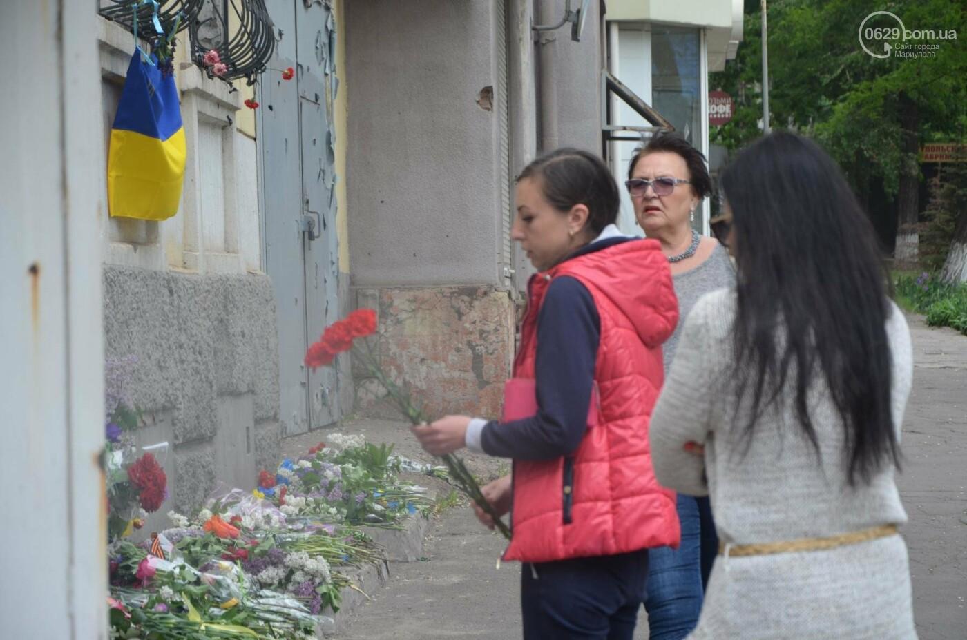 """""""Попалили людей, а теперь флаги вешаете!"""" Мариупольцы несут цветы к сгоревшему ГУВД, - ФОТОРЕПОРТАЖ+ВИДЕО, фото-16"""