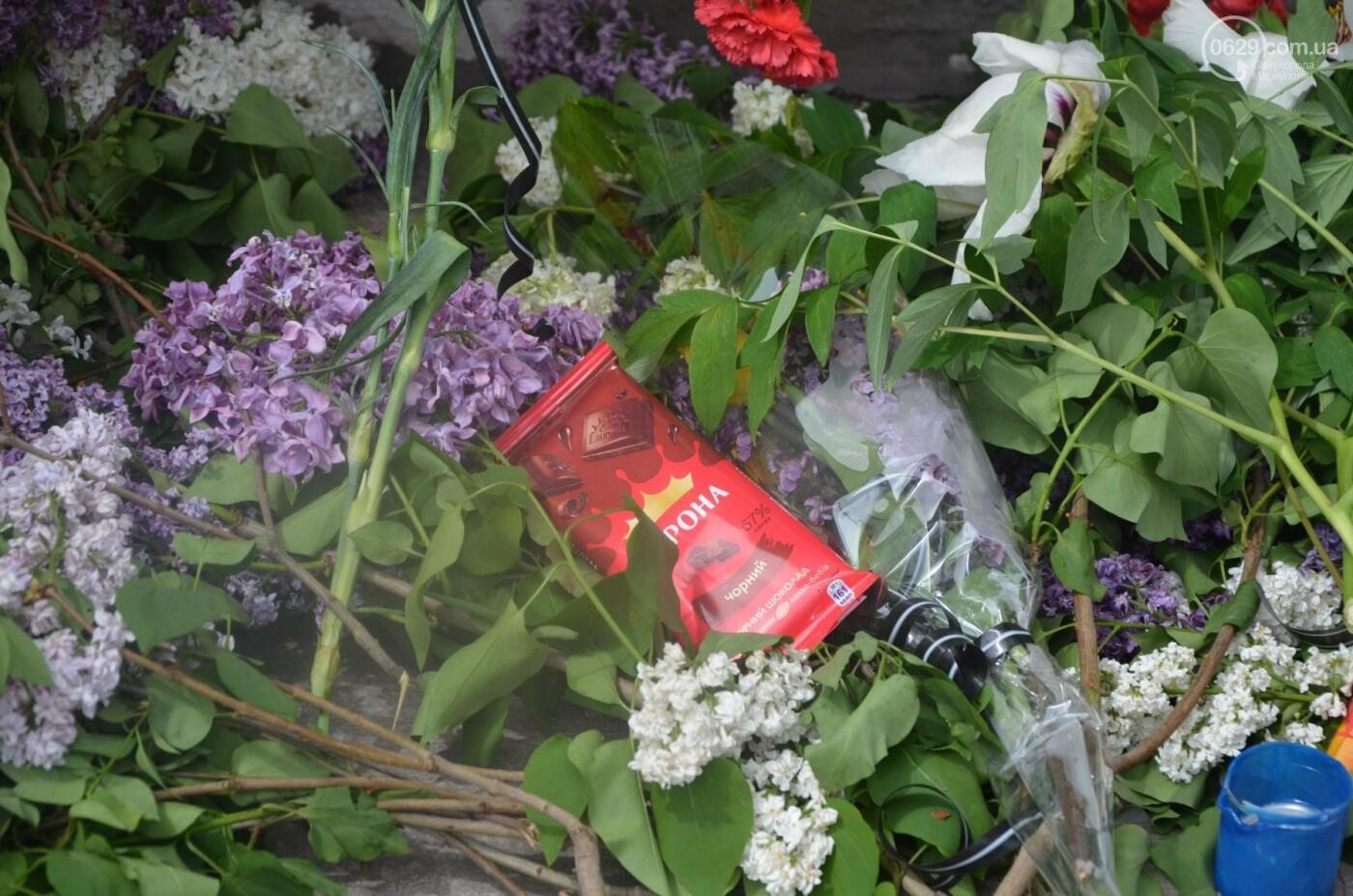 """""""Попалили людей, а теперь флаги вешаете!"""" Мариупольцы несут цветы к сгоревшему ГУВД, - ФОТОРЕПОРТАЖ+ВИДЕО, фото-20"""