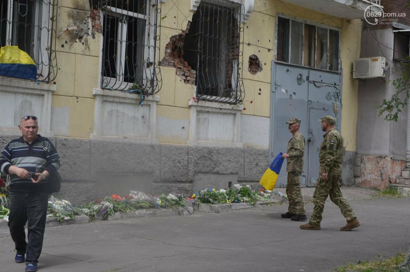 """""""Попалили людей, а теперь флаги вешаете!"""" Мариупольцы несут цветы к сгоревшему ГУВД, - ФОТОРЕПОРТАЖ+ВИДЕО, фото-19"""