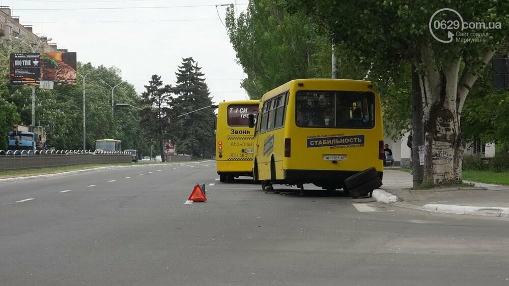 В  центре  Мариуполя  маршрутка потеряла колеса (Фотофакт), фото-3