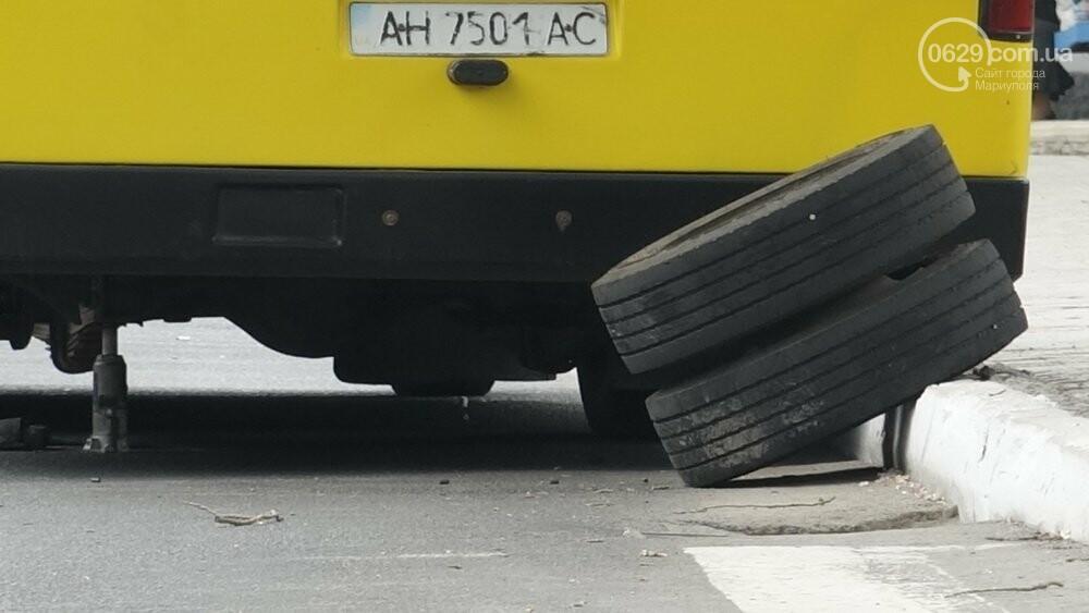 В  центре  Мариуполя  маршрутка потеряла колеса (Фотофакт), фото-2