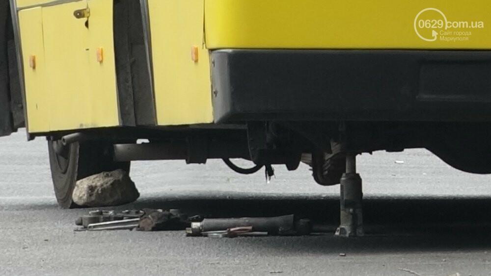 В  центре  Мариуполя  маршрутка потеряла колеса (Фотофакт), фото-1