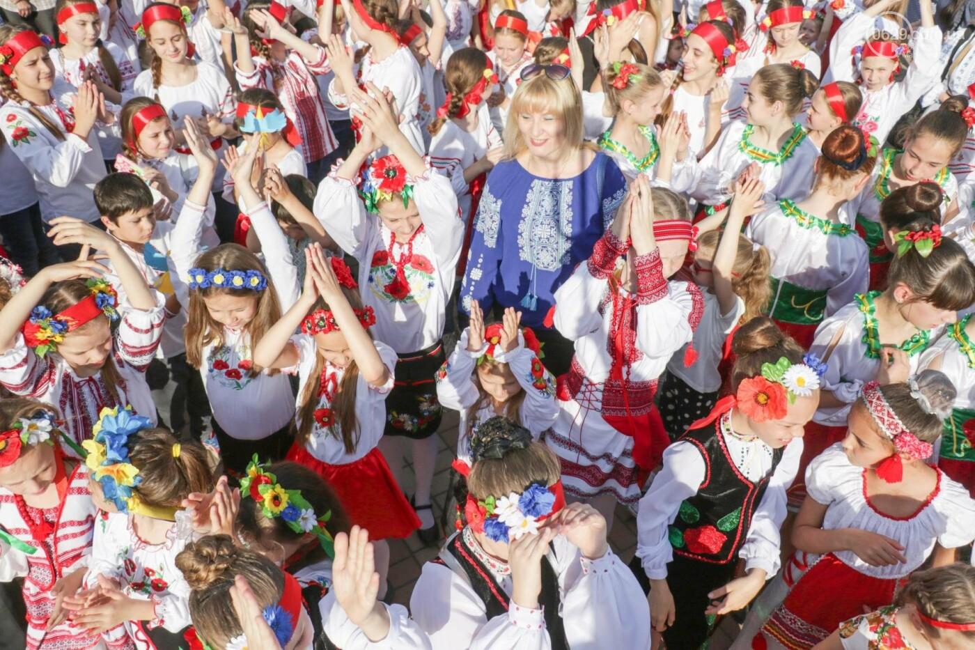 Яркие национальные костюмы и атмосфера общего единения. Мариупольцы отпраздновали День вышиванки, - ФОТОРЕПОРТАЖ, фото-24