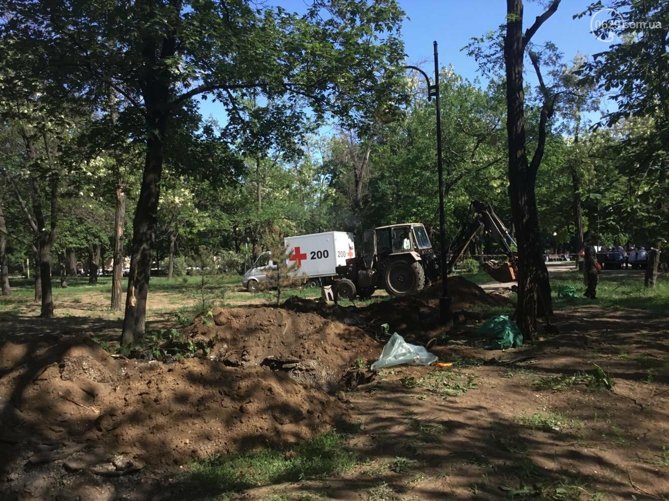 В мариупольском сквере  сегодня возобновились раскопки останков немецких солдат, - ФОТО, ВИДЕО, фото-3