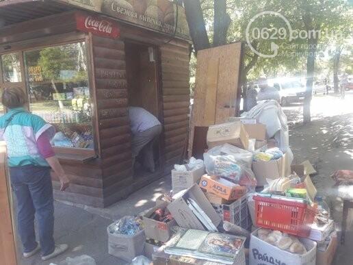 В Мариуполе продавщицу силой вывели из киоска, чтобы его снести, - ФОТО, фото-3