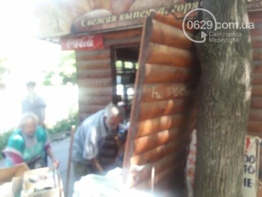 В Мариуполе продавщицу силой вывели из киоска, чтобы его снести, - ФОТО, фото-1