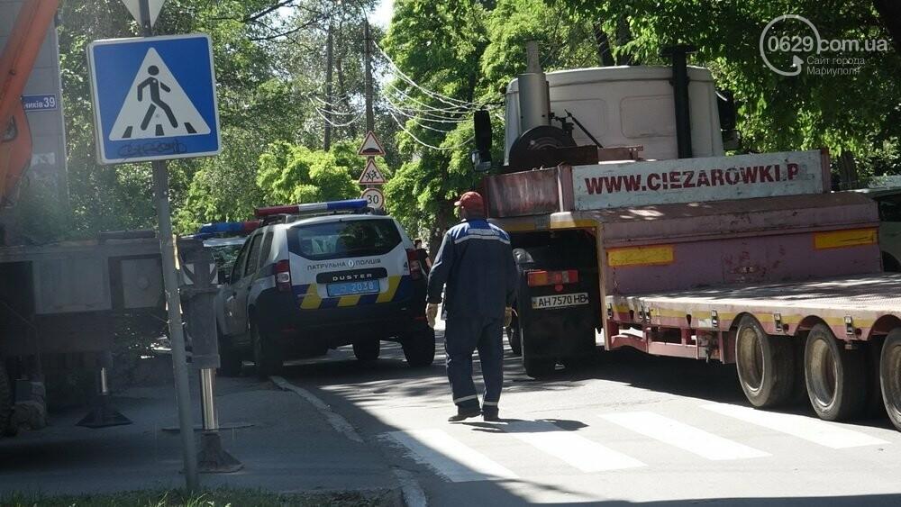 В Мариуполе продавщицу силой вывели из киоска, чтобы его снести, - ФОТО, фото-9