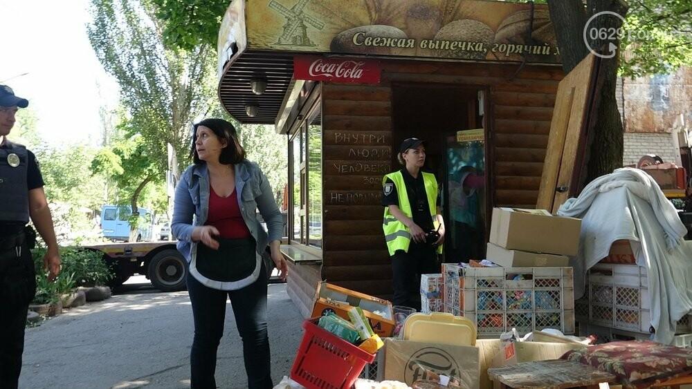 В Мариуполе продавщицу силой вывели из киоска, чтобы его снести, - ФОТО, фото-10