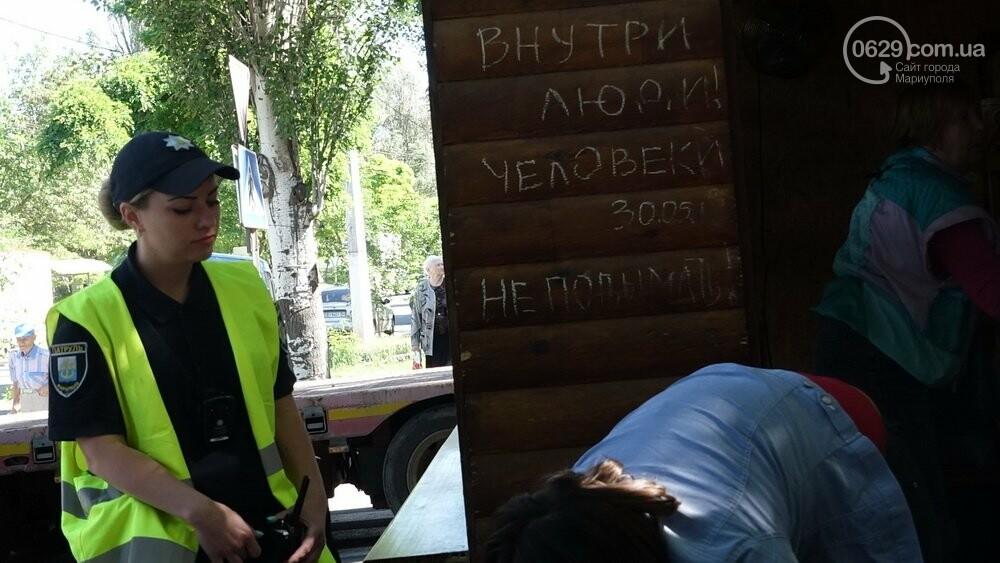 В Мариуполе продавщицу силой вывели из киоска, чтобы его снести, - ФОТО, фото-4