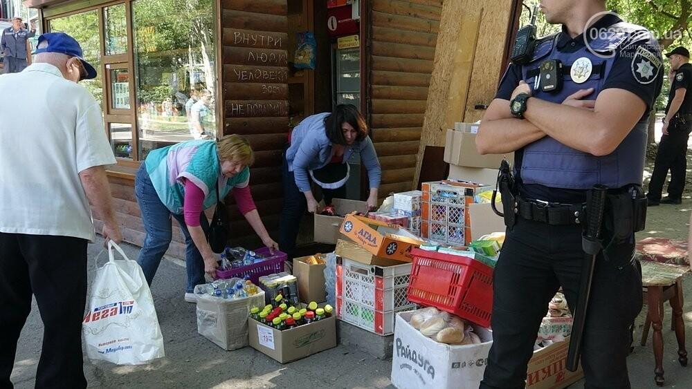 В Мариуполе продавщицу силой вывели из киоска, чтобы его снести, - ФОТО, фото-15