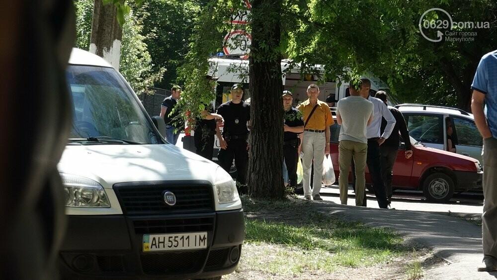 В Мариуполе продавщицу силой вывели из киоска, чтобы его снести, - ФОТО, фото-16