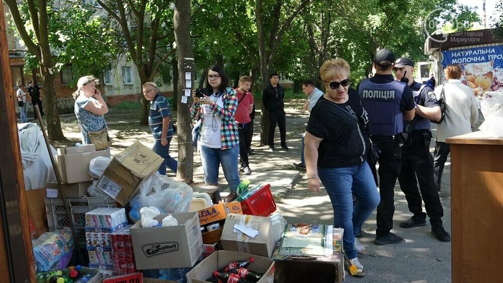В Мариуполе продавщицу силой вывели из киоска, чтобы его снести, - ФОТО, фото-17