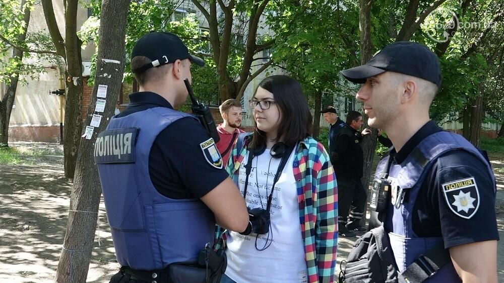 В Мариуполе продавщицу силой вывели из киоска, чтобы его снести, - ФОТО, фото-18