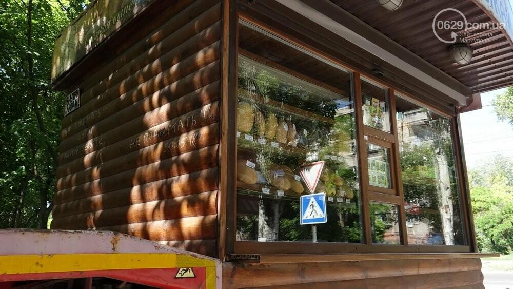 В Мариуполе продавщицу силой вывели из киоска, чтобы его снести, - ФОТО, фото-12