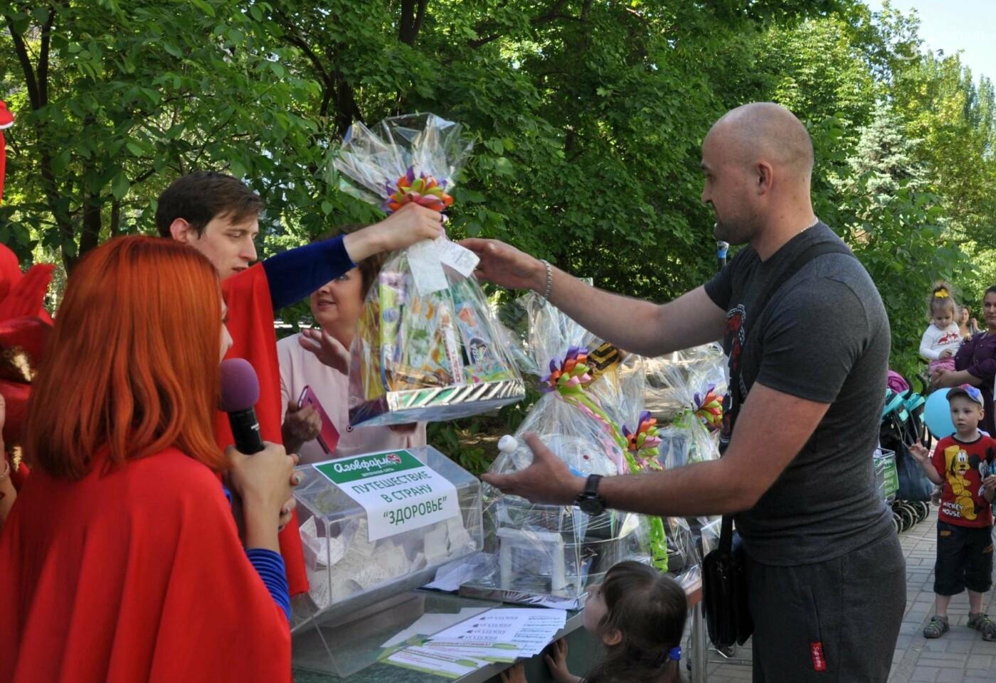 В аптеке «Азовфарм» провели праздник для детей и разыграли призы, фото-32