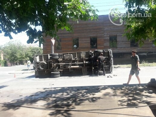 В центре Мариуполя перевернулся грузовик,- ВИДЕО, ФОТО, фото-2