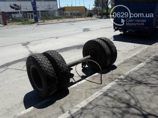 В Мариуполе у груженого КамАЗа оторвались колеса, - ФОТО, фото-1