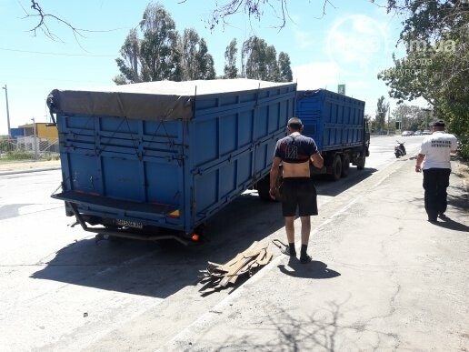 В Мариуполе у груженого КамАЗа оторвались колеса, - ФОТО, фото-2