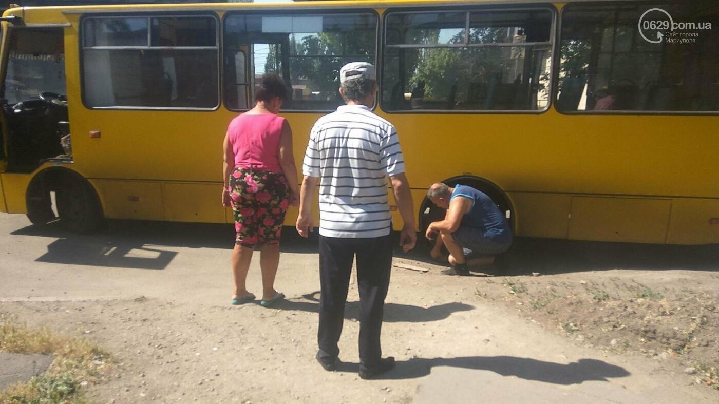 В Мариуполе маршрутка заехала во двор и села на бордюр,- ФОТО, фото-1