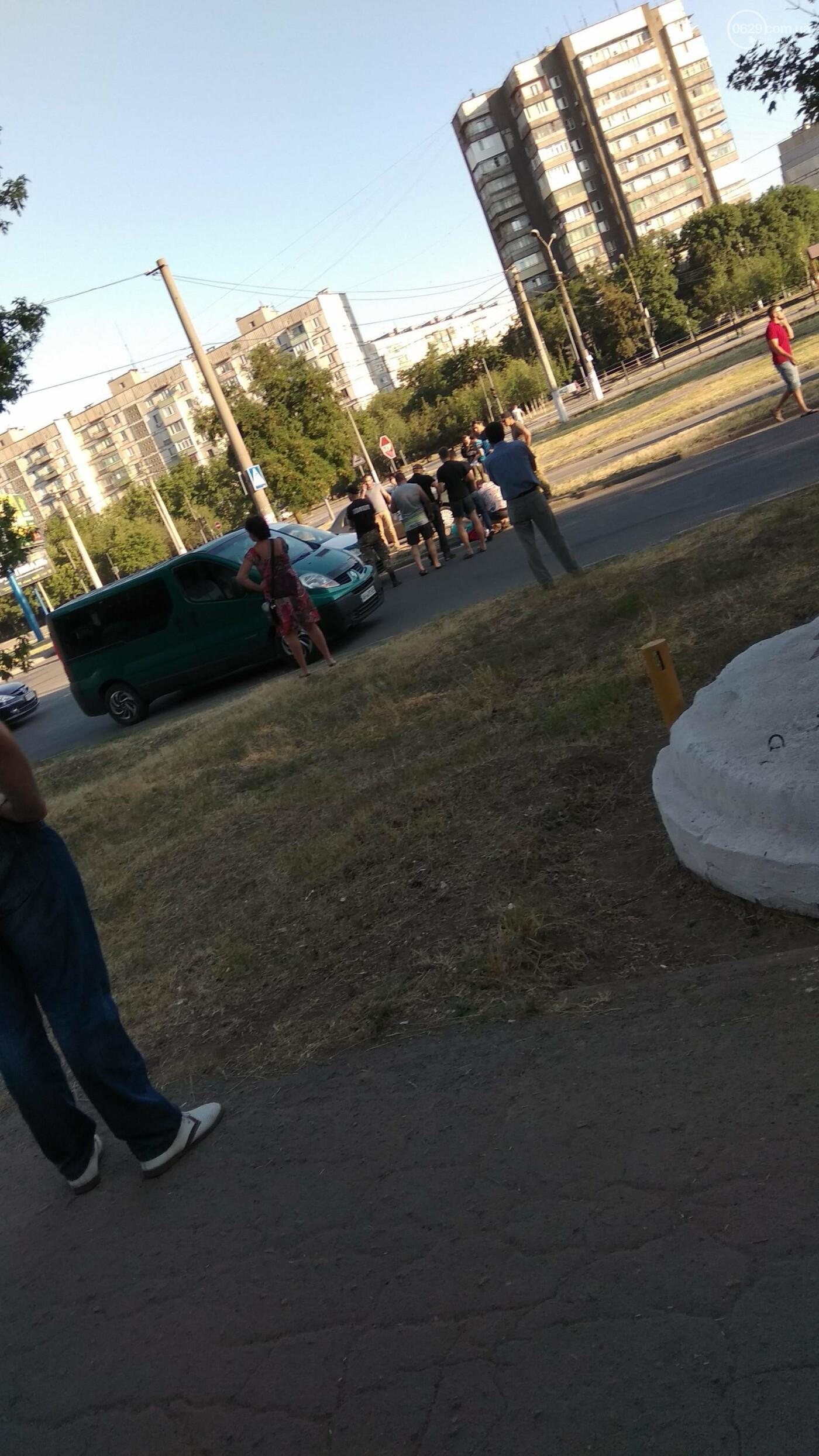 """Бежала на трамвай! В Мариуполе """"Фольксваген"""" сбил  14-летнюю девочку, - ФОТО, фото-1"""