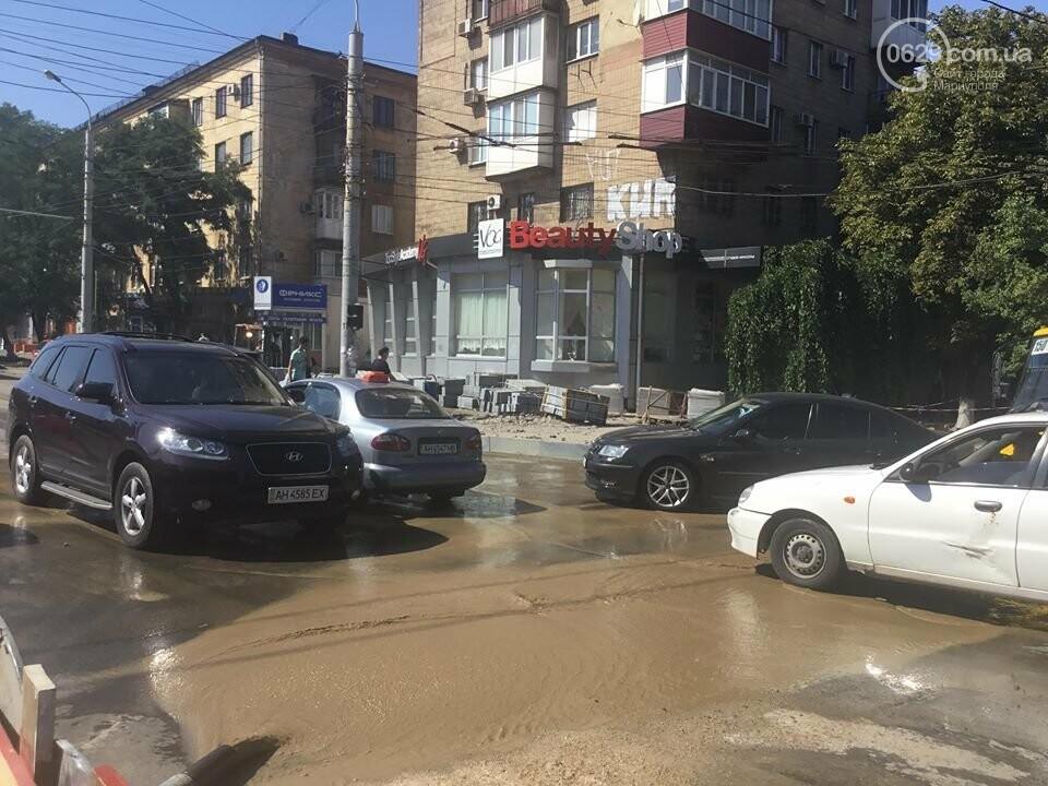 В центре Мариуполя закрыли движение: автомобильные пробки, нарушение ПДД и фонтан из-под земли, - ФОТО, ВИДЕО, фото-5